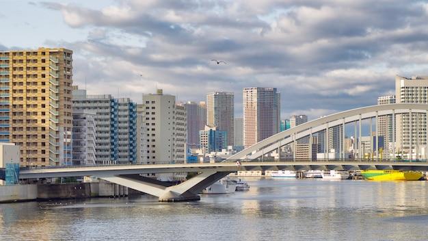 東京、勝どき橋から朝に隅田川を渡るための築地橋 Premium写真