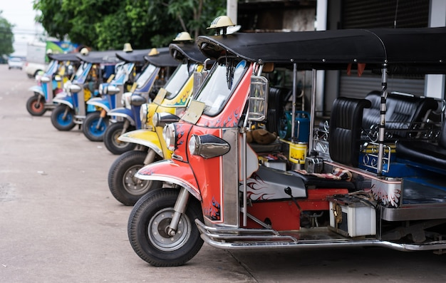 Tuk tuk伝統的なタクシー駐車場 Premium写真