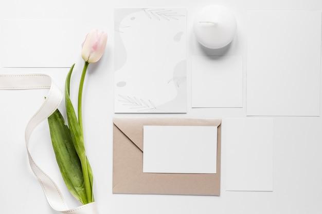 Тюльпан рядом с свадебной открыткой Бесплатные Фотографии