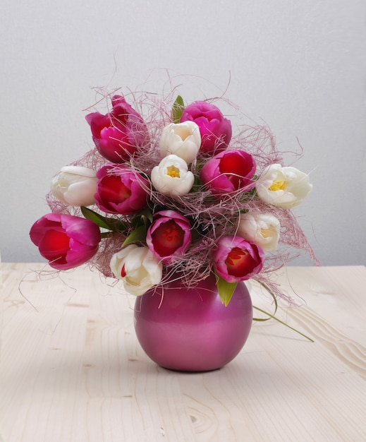 Tulip bouquet on wooden table Premium Photo