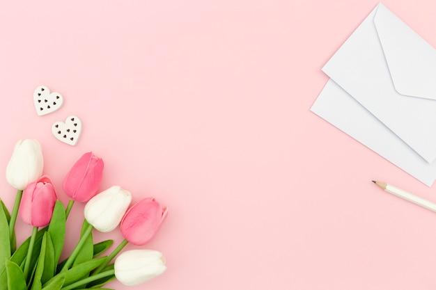 Тюльпаны и конверт с копией пространства Бесплатные Фотографии