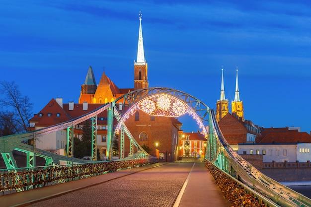 Tumski bridge at night in wroclaw, poland Premium Photo