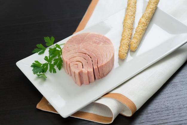 Tuna in olive oil Premium Photo