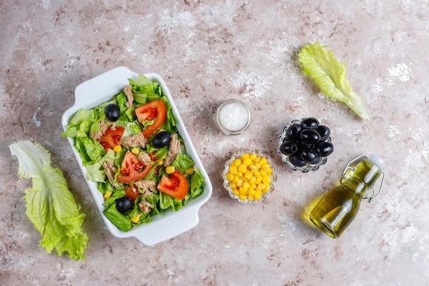 レタス、オリーブ、トウモロコシ、トマト、トップビューのツナサラダ 無料写真