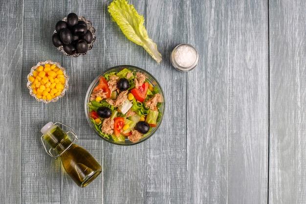 Салат из тунца с листьями салата, маслинами, кукурузой, помидорами, вид сверху Бесплатные Фотографии