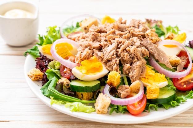 Tuna with vegetable salad and eggs Premium Photo