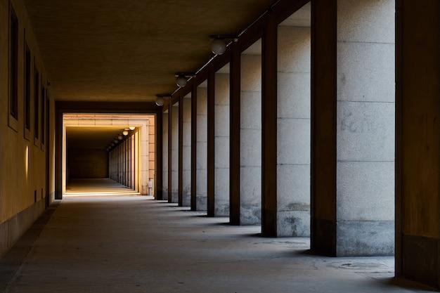 影と光のあるトンネル。 Premium写真
