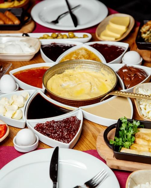 Турецкий завтрак с вареньем из сырного джема, шоколадным маслом и другими Бесплатные Фотографии