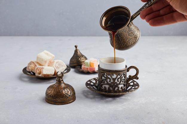 Caffè turco nella pentola e tazza metalliche. Foto Gratuite