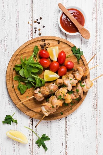 Турецкий вкусный сэндвич с кебабом на деревянной доске Premium Фотографии