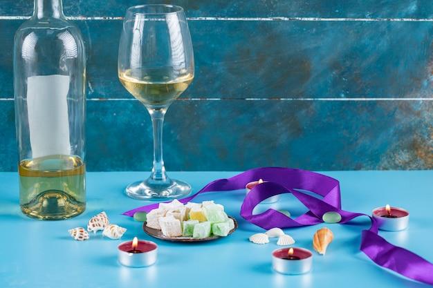 ターキッシュデライトメタリックソーサーにワインを1杯 無料写真