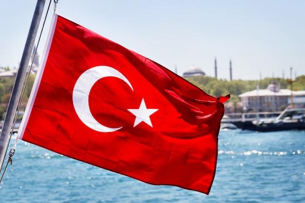 Турецкий флаг на флагштоке Premium Фотографии