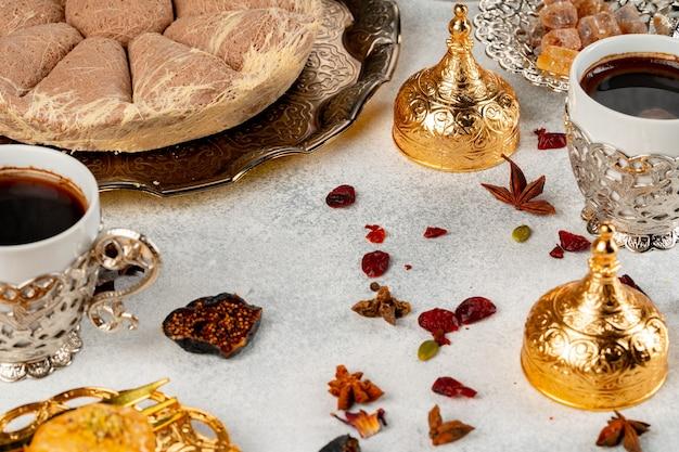 トルコのペストリーとテーブルの上に散らばったドライフルーツ Premium写真
