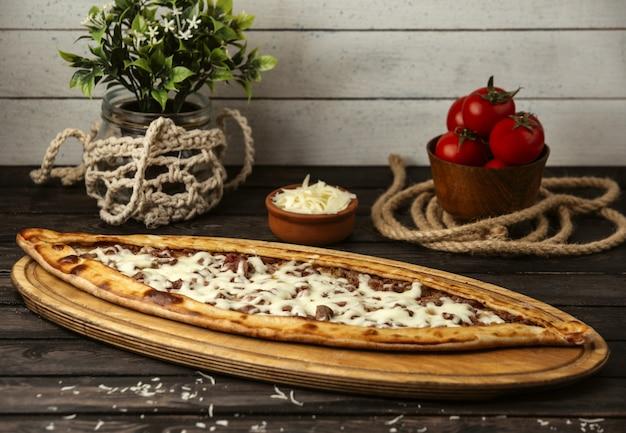 Турецкий традиционный пиде с сыром и мясом на деревянной доске Бесплатные Фотографии