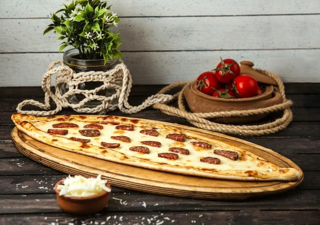 Турецкий традиционный пиде с сыром и колбасой на деревянной доске Бесплатные Фотографии
