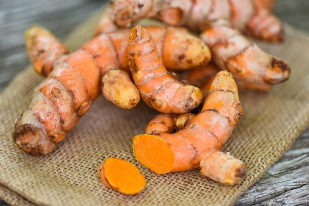 Куркума в мешочке, свежий корень куркумы для природных лечебных трав и приготовленные ингредиенты для пищевых продуктов Premium Фотографии