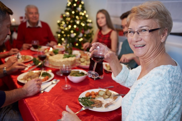 Nonna trasformata che guarda l'obbiettivo Foto Gratuite