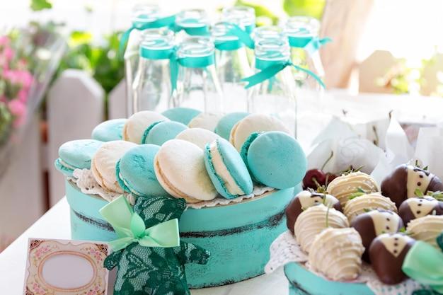 Бирюзовые макаруны. свадебные торты и десерты Premium Фотографии