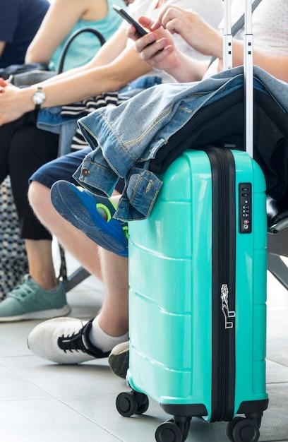 Бирюзовый чемодан с жакетом на нем Бесплатные Фотографии