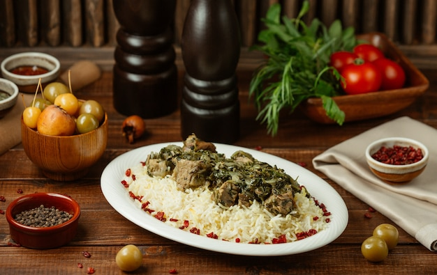 Turshu govurma plov with meat pieces and rice garnish Free Photo