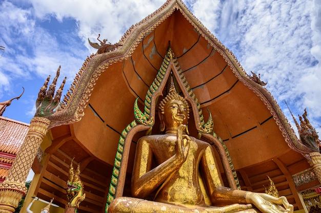 Храм tuum sua (храм в пещере тигра), самый популярный храм в канчанабури, таиланд Premium Фотографии