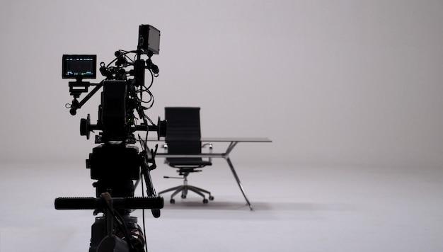 大きなスタジオでのテレビコマーシャル録画と映画用カメラセットとカメラマン。 Premium写真