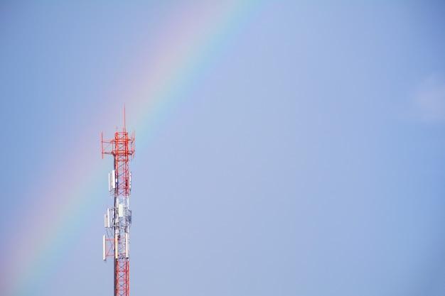 通信マストtvアンテナ、ワイヤレステクノロジー、青空の背景 Premium写真