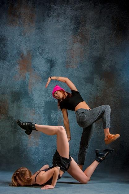 スタジオでtwerkを踊る2人の魅力的な女性 無料写真