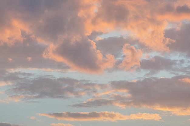 夕暮れのカラフルな空と雲 Premium写真