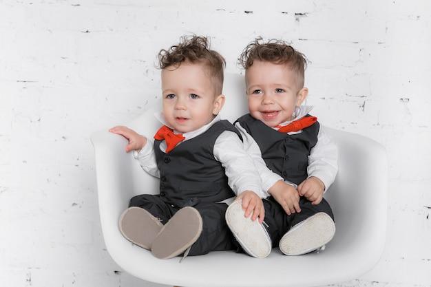 Twin baby boys Premium Photo