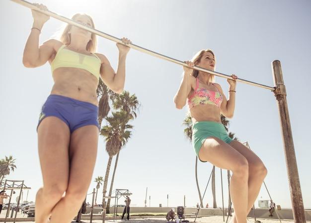 双子の姉妹がベニスビーチでトレーニング Premium写真