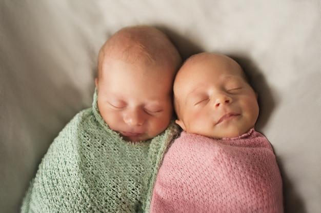 双子を受け入れる。新生児は一緒に寝る Premium写真