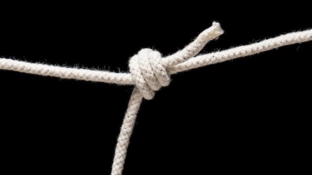 Крученая хлопковая веревка на черном фоне Premium Фотографии