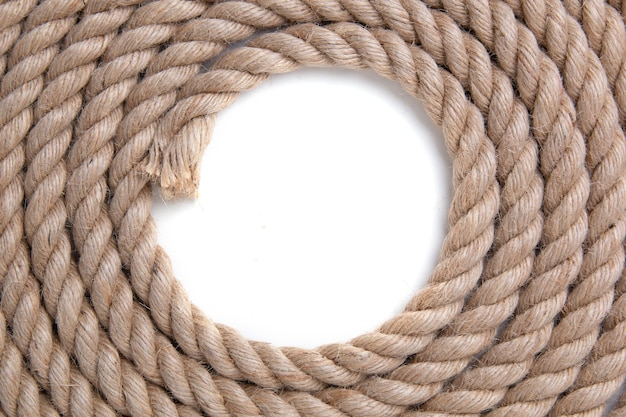 Скрученная веревка на белом пространстве. вид сверху. Premium Фотографии
