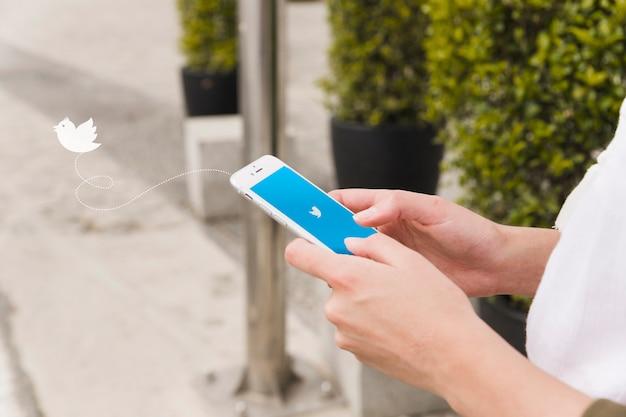 携帯電話のtwitterアプリで女性ログイン 無料写真