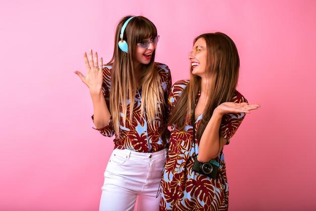 Две очаровательные счастливые молодые женщины веселятся вместе Бесплатные Фотографии