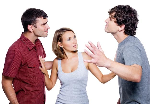 Два агрессивных мужчины борются за женщину, изолированную на белом Бесплатные Фотографии