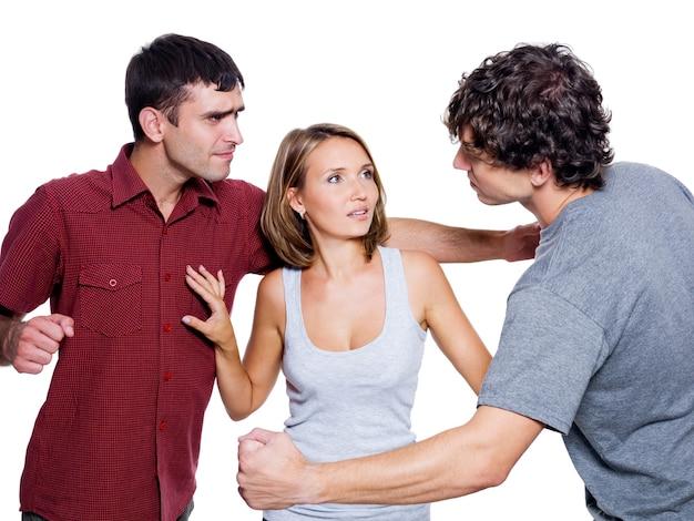 Два агрессивных мужчины борются за женщину - изолированные на белом фоне Бесплатные Фотографии