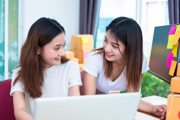 ラップトップを使うときに一緒に見える2人のアジアの友情女性 Premium写真