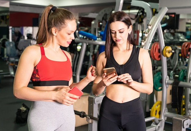 Premium Photo Two Attractive Fit Women In Gym With Smart Phone We offer a full service gym for ladies. freepik