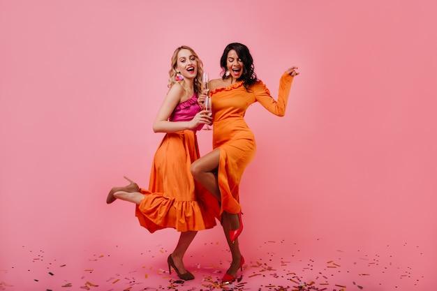 파티에서 춤추는 두 매력적인 여자 무료 사진