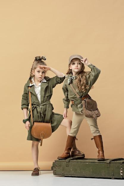 Due belle ragazze su una parete color pastello Foto Gratuite