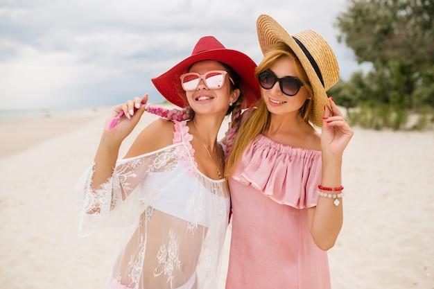 Две красивые стильные женщины на пляже на отдыхе, летний стиль, Бесплатные Фотографии