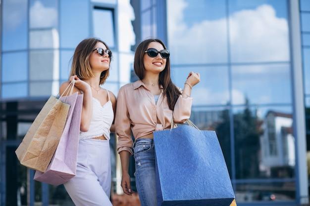 마을에서 쇼핑 두 아름다운 여성 무료 사진