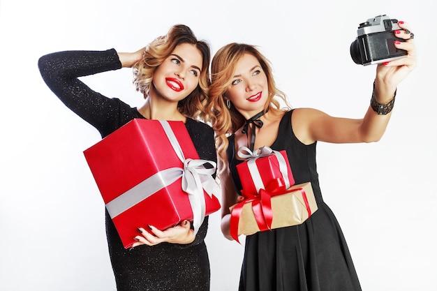 Два лучших друга делают автопортрет, прекрасно проводят время вместе на новогодней вечеринке. Бесплатные Фотографии