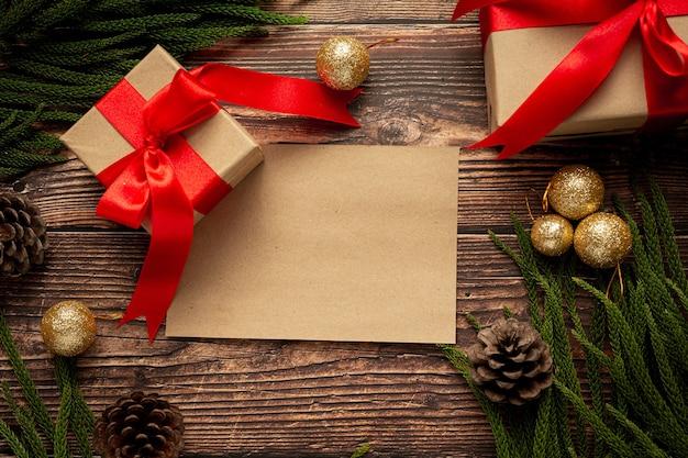나무 바탕에 빨간 리본 활과 선물의 두 상자 무료 사진