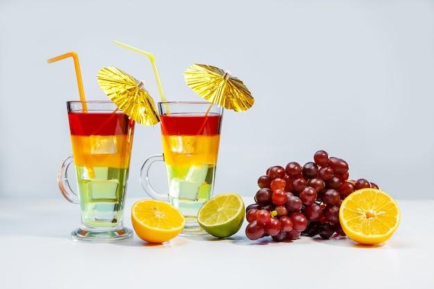 유리와 과일에 두 개의 밝은 여름 칵테일 프리미엄 사진