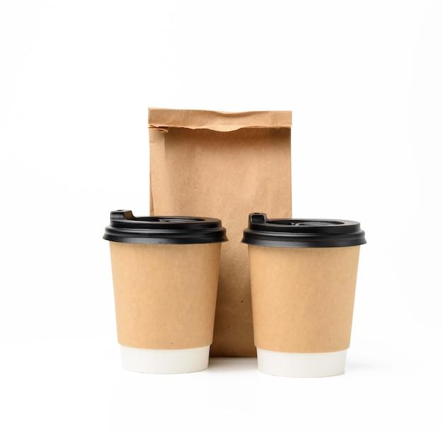 플라스틱 뚜껑과 음식, 흰색 배경에 생태 재활용 식품 포장을위한 종이 봉지가있는 두 개의 갈색 종이컵 프리미엄 사진