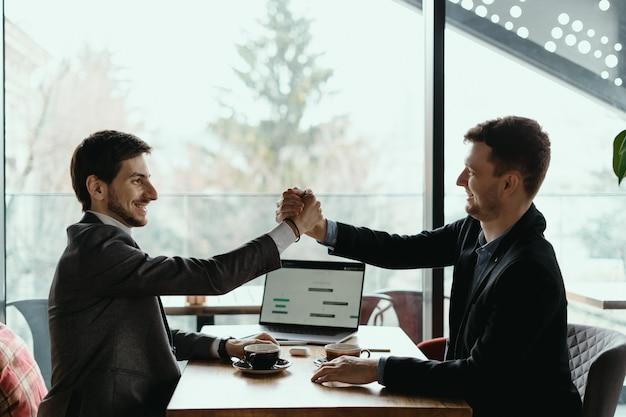 Двое деловых людей празднуют сделку Бесплатные Фотографии
