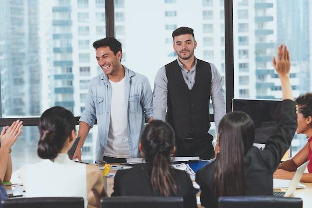 Два бизнесмена лидер слушает вопрос от коллег после встречи с нынешним обсуждением нового запуска проекта в офисе. презентация встречи бизнес-группы, планирование бизнес-концепции Premium Фотографии
